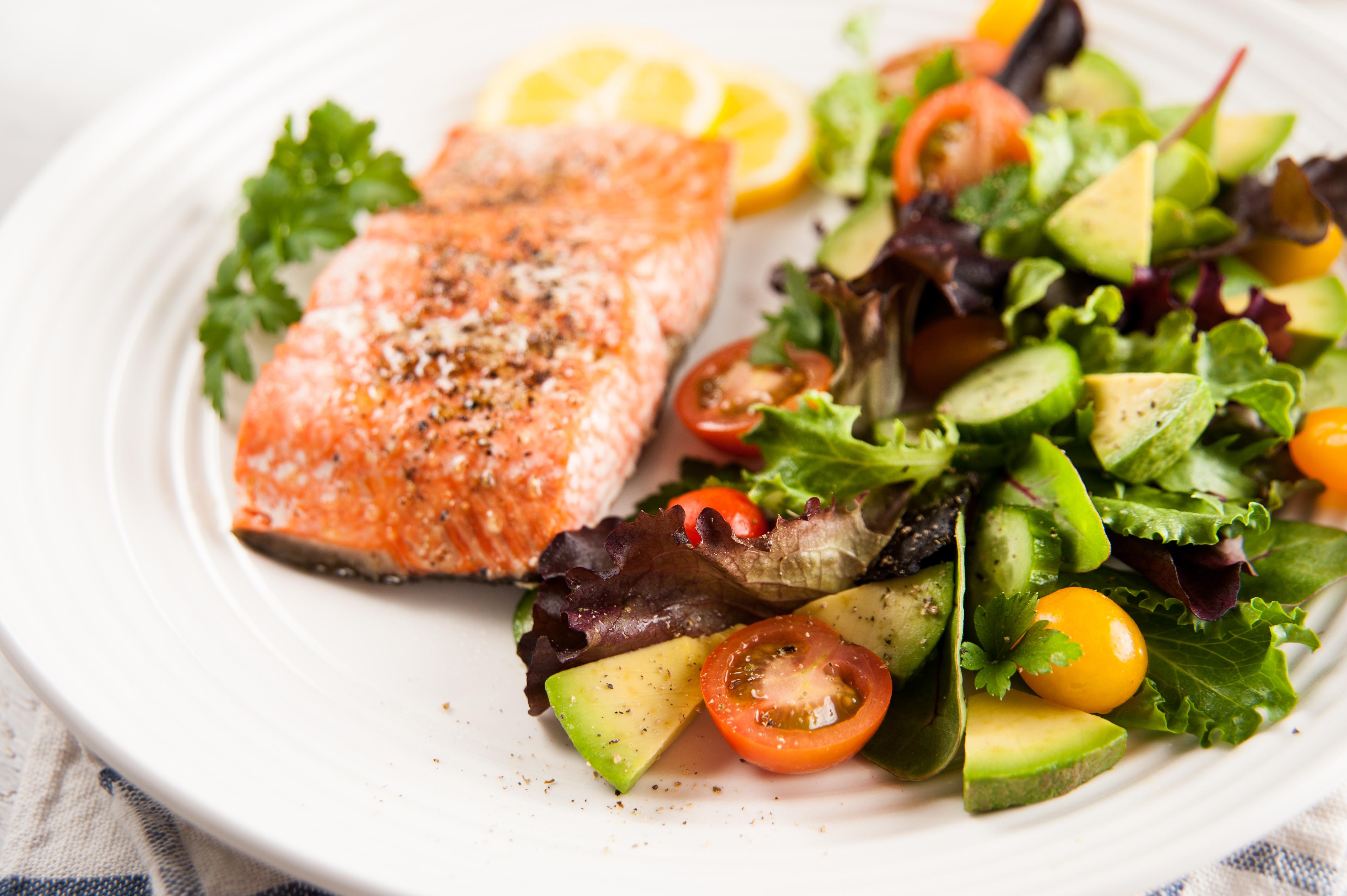 Ăn uống tiết chế sẽ giúp cải thiện sức khỏe cho người lớn tuổi.